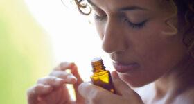 Svaka žena koja ima preko 40 godina trebala bi koristiti ovo eterično ulje svaki dan